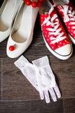 A dama de honra calça o branco com brincos vermelhos Imagens de Stock Royalty Free