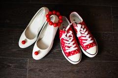 A dama de honra calça o branco com brincos vermelhos Fotografia de Stock