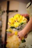 Dama de honra com rosas amarelas Foto de Stock Royalty Free