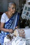 Dama demonstruje dlaczego wyplatać makatę przy Galle fortu muzeum w Galle, Sri Lanka Zdjęcia Royalty Free