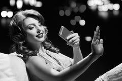 Dama egzamininuje manicure czarny white Zdjęcia Royalty Free