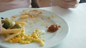 Dama gniesie out ketchup od mini paczki zbiory wideo