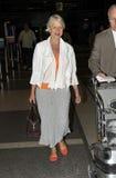 Dama Helen Mirren da actriz no aeroporto RELAXADO. Fotos de Stock Royalty Free