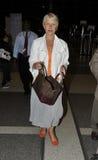 Dama Helen Mirren da actriz no aeroporto RELAXADO Foto de Stock Royalty Free