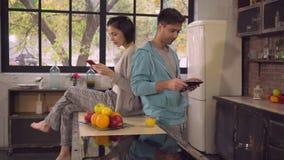 Dama i mężczyzna używa gadżety w mieszkaniu zdjęcie wideo