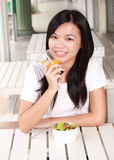 Dama je zdrowego jedzenie Fotografia Royalty Free