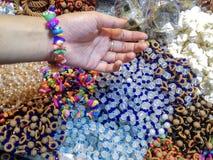 Dama jest ubranym kolorową handmade modną kamienną bransoletkę zamkniętą w górę zdjęcia royalty free