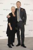Dama Judi Dench, Daniel Craig, Judi Dench, (dama) Judi Dench, James Bond Imágenes de archivo libres de regalías
