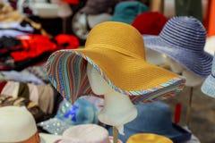 Dama kapelusze dla sprzedaży przy miejscowym wprowadzać na rynek Obrazy Royalty Free