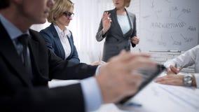 Dama konsultant robi prezentaci dla kolegów przy marketingowym działem zdjęcia royalty free