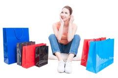 Dama kupującego obsiadanie wokoło torba na zakupy i uczucie zadumany Zdjęcia Stock
