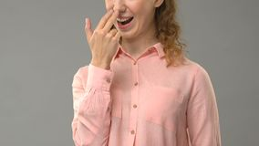 Dama mówi ciebie jest śmieszna w szyldowym języku, nauczyciela seansu słowa, tutorial zdjęcie wideo