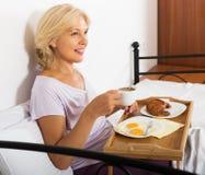 Dama ma śniadanie w sypialni Fotografia Royalty Free