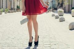 Dama ma datę z jej chłopakiem Jest ubranym czerwonego beaut obraz stock