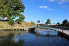 Dama na footbridge, Taylor rzeka, Blenheim, NZ Fotografia Stock