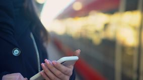 Dama nabywa bilet dla pociągu, stoi na platformie, system płatności, zbliżenie zdjęcie wideo