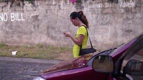 Dama ona uses telefon komórkowy komunikować wiadomości tekstowe zdjęcie wideo