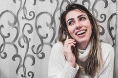 Dama opowiada na telefonie komórkowym Obraz Royalty Free