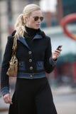 Dama opowiada na telefonu komórkowego cdd obraz stock