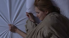 Dama płacz wzruszający naprzeciw pustej strony łóżko, brakujący mąż, samotność zbiory
