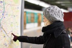 Dama patrzeje na transport publiczny mapy panelu Fotografia Stock