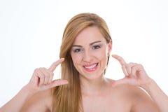 Dama pokazuje pięknego uśmiech Fotografia Royalty Free