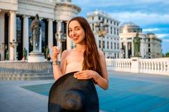 Dama reklamuje Skopje centrum miasta dla odwiedzać zdjęcie stock