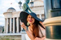 Dama reklamuje Skopje centrum miasta dla odwiedzać fotografia stock