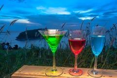 Dama relaksuje na szczycie z niektóre napojów napojami na wzgórze wierzchołku przed silnika wiatrowego widoku punktem Obrazy Royalty Free