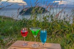 Dama relaksuje na szczycie z niektóre napojów napojami na wzgórze wierzchołku przed silnika wiatrowego widoku punktem Zdjęcia Royalty Free