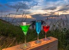 Dama relaksuje na szczycie z niektóre napojów napojami na wzgórze wierzchołku przed silnika wiatrowego widoku punktem Zdjęcia Stock