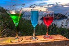 Dama relaksuje na szczycie z niektóre napojów napojami na wzgórze wierzchołku przed silnika wiatrowego widoku punktem Fotografia Stock