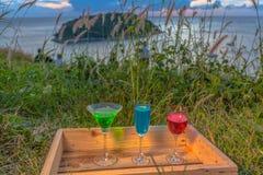 Dama relaksuje na szczycie z niektóre napojów napojami na wzgórze wierzchołku przed silnika wiatrowego widoku punktem Fotografia Royalty Free