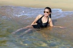 Dama relaksuje szczęśliwego swimsuit obrazy royalty free