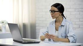 Dama sprawdza szczegóły banka rekwizyt płacić pożyczkę lub użyteczność online, deponuje pieniądze obrazy royalty free