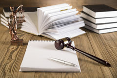 Dama sprawiedliwość, młoteczek i książki, Drewniany & złocisty zdjęcia royalty free
