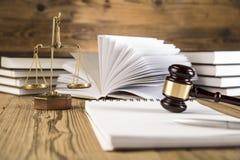 Dama sprawiedliwość, młoteczek i książki, Drewniany & złocisty Zdjęcie Royalty Free