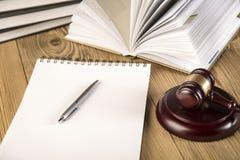 Dama sprawiedliwość, młoteczek i książki, Drewniany & złocisty Fotografia Stock