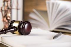 Dama sprawiedliwość, młoteczek i książki, Drewniany & złocisty zdjęcie stock