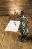 Dama sprawiedliwość, młoteczek i książki, Drewniany & złocisty obraz royalty free
