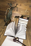 Dama sprawiedliwość, młoteczek i książki, Drewniany & złocisty obraz stock