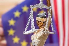 Dama sprawiedliwość przeciw flaga Europe i usa Obrazy Royalty Free