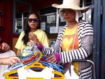 Dama sprzedaje asortowanych kolorowych children odziewa Zdjęcia Royalty Free