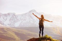 Dama stoi dużą skałę przeciw górom Zdjęcia Stock