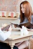 Dama utrzymuje menu robić rozkazowi obraz stock