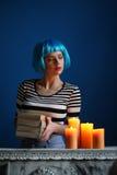 Dama w błękitnych peruki mienia książkach z bliska Być może Fotografia Stock