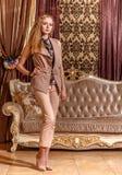 Dama w barok projektującym pokoju Fotografia Stock
