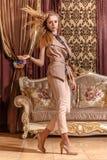 Dama w barok projektującym pokoju Obrazy Stock