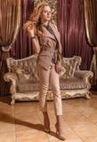Dama w barok projektującym pokoju Zdjęcia Royalty Free