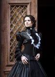 Dama w czarnej pozyci w drzwi Fotografia Stock